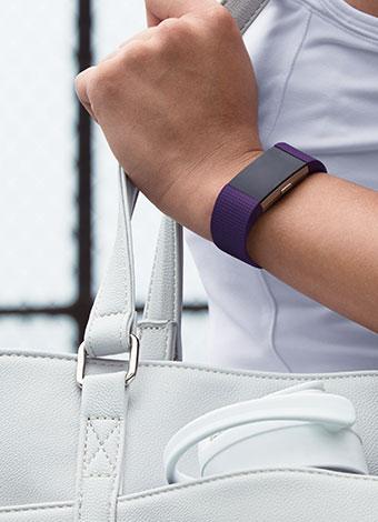 Charge 2 en una pulsera clásica de color ciruela.